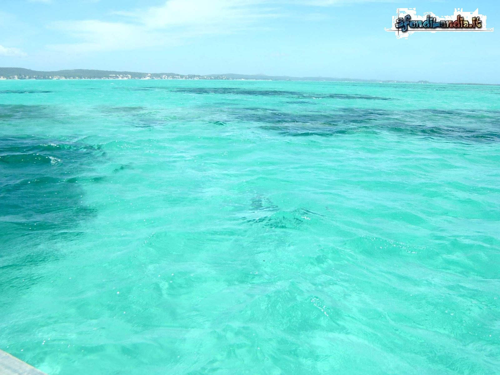 Sfondo gratis di mare smeraldo per for Foto per desktop mare